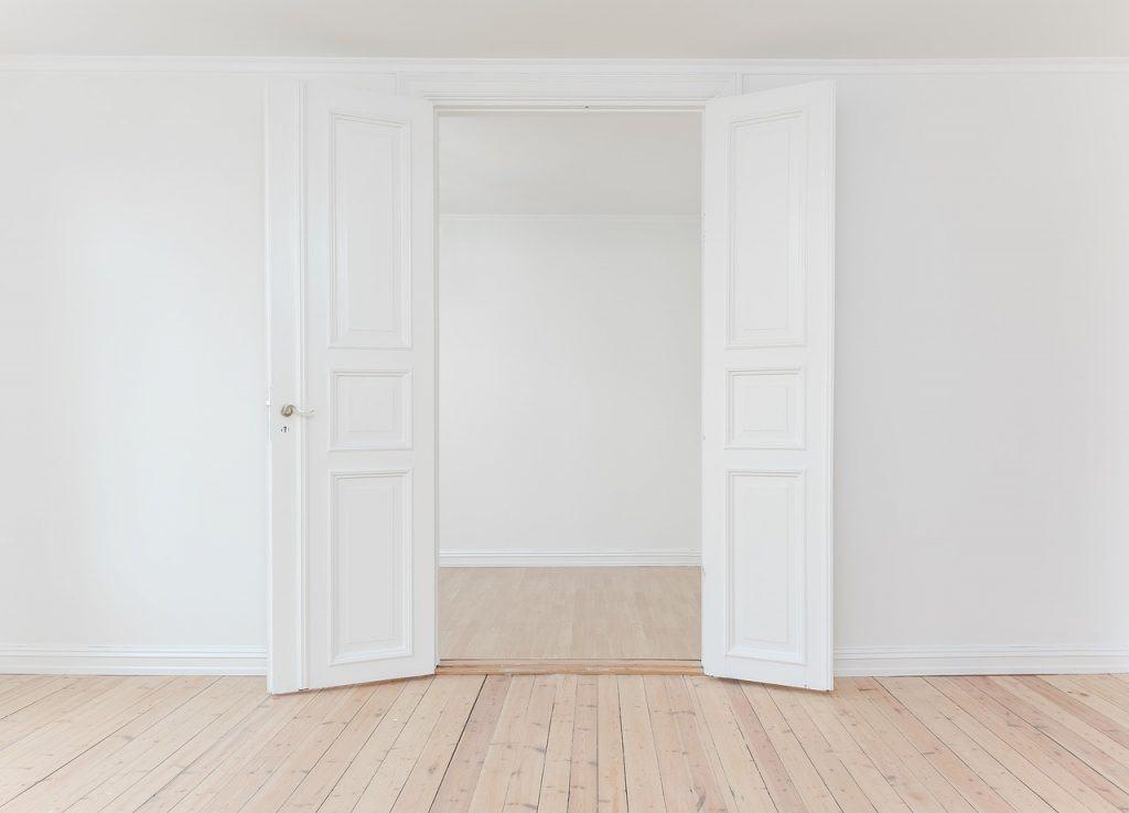 דלת בין 2 קירות