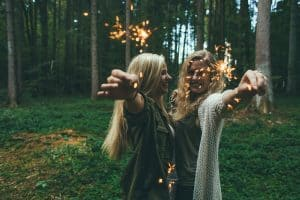 נשים עם זיקוק קטן ביער