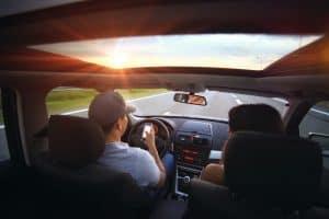 אדם נוהג עם טלפון ביד