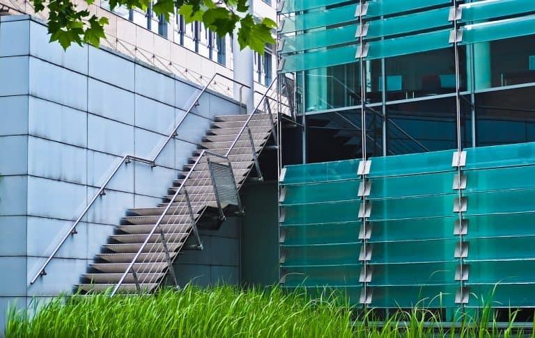 מדרגות עם מעקות זכוכית